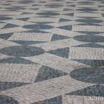 Знаменитая лиссабонская тротуарная плитка. Про каблуки и платформы можно забыть!