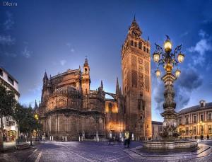 Одна из главных достопримечательностей Севильи - башня La Giralda