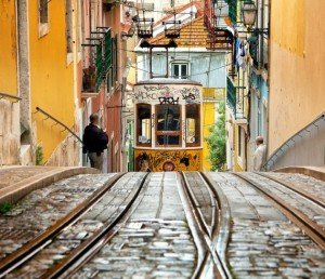 Трамвай на узких улочках Лисабона