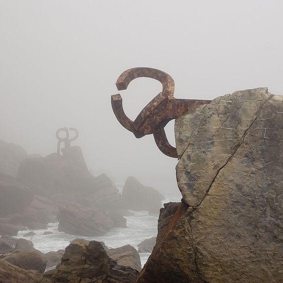 """Эти скульптуры Эдуардо Чильиды назваются """"Расчески для ветра"""""""