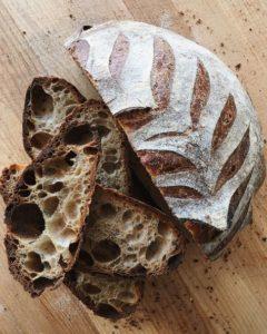 Доброго человека могут назвать  un pedazo de pan  - букв. ломоть хлеба